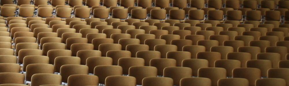 Blick auf die leeren Stuhlreihen im Theatersaal der Jacob-Lienau-Schule