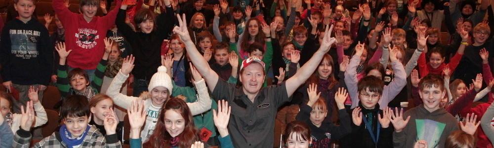 Joey Kelly mit Besuchern seiner Vorlesung in der Kinderuni