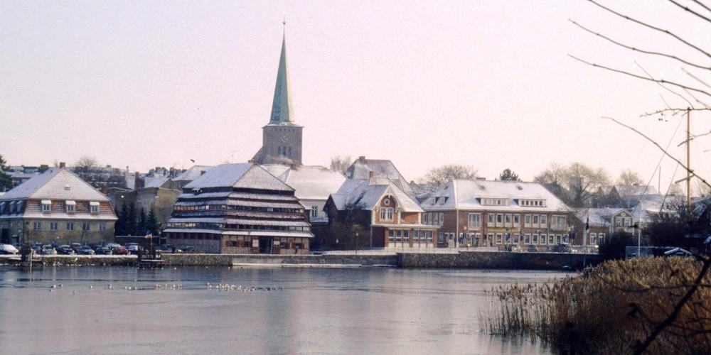 Blick über das Binnenwasser auf die verschneite Altstadt