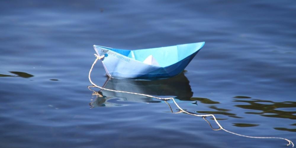 hafenheimat-Schiffchen fährt auf der Ostsee