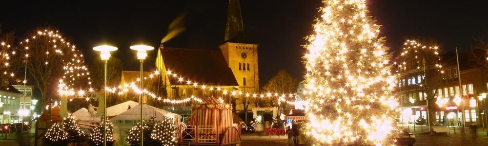 Beleuchteteter Meerchenwald mit Stadtkirche im Hintergrund
